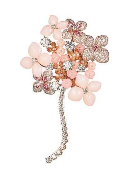 """ショーメの自然主義の象徴 ピンクのオパールカボション、ピンクトルマリン、ピンクサファイア、ダイヤモンドで大輪のアジサイの花を描き出した写真の""""オルタンシア""""のブローチ"""