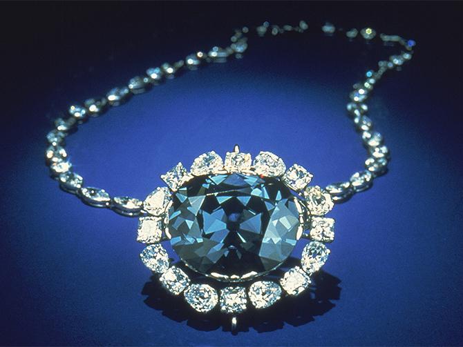 """スミソニアン博物館に寄贈された、ハリーウィンストンの巨大なファンシーブルーの""""ホープ・ダイヤモンド"""""""