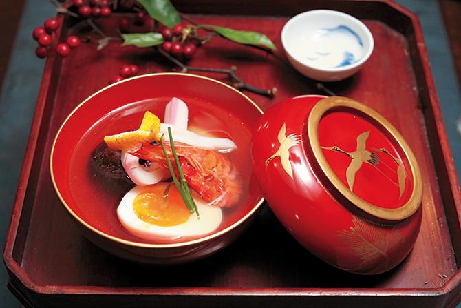 一の膳は、餠、海老、しいたけ、卵、白身魚などが入った吸い物