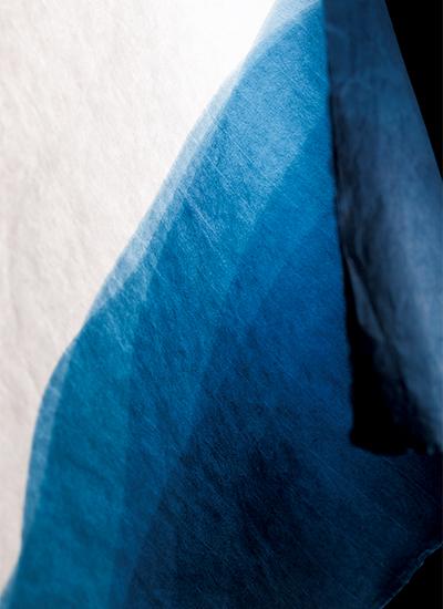 藤森美恵子氏が手染めした藍染和紙の一例