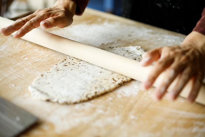 「星のや竹富島」もずく蕎麦打ち体験