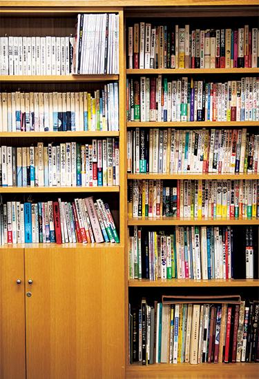 財団の本棚にぎっしり並ぶ松田さんの参考書