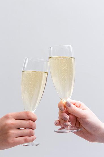 大人検定365 乾杯の時、フルートグラスの優雅な飲み方は?