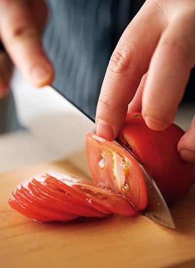 トマトを薄切り