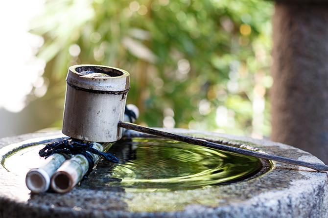 大人検定365 神社でのお参りの際、手水舎で最初に洗う手は、「右手」「左手」どちらからでしょうか?