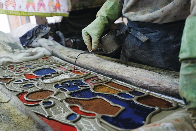 注染手ぬぐい 糊で土手を作り、染料を注いでいく