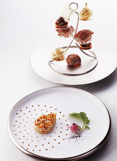 グルヌイユのカダイフ巻きやフォワグラのリエットのアミューズ ずわいがにとコック貝の冷前菜