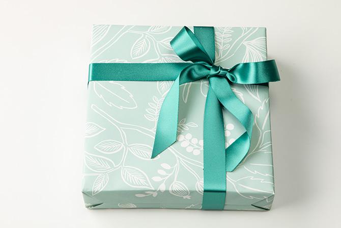 単色使いの柄入り包装紙で包む