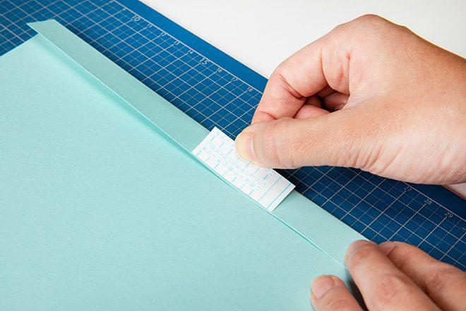 キャラメル包みの包み方。両面テープを貼る