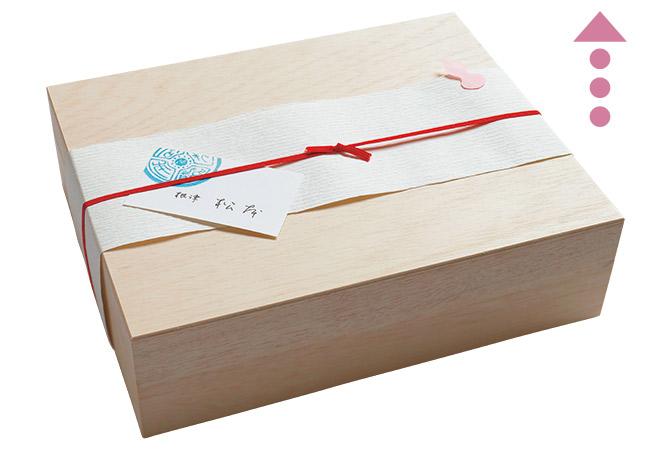 スタイリッシュなデザインの木箱に入るちらしずし。