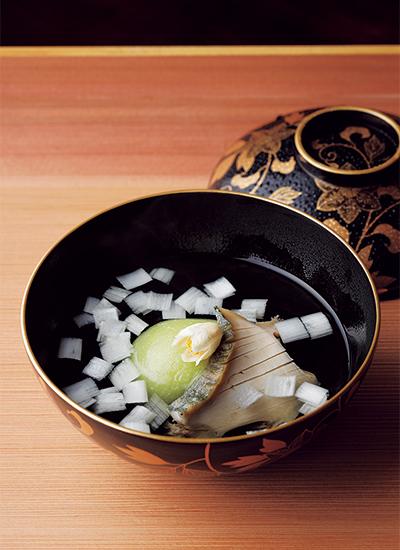 """うすい豆の豆腐、蒸しあわび、芋茎を散らした春らしい椀物"""""""""""