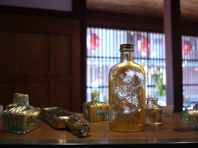 「箔座長町」の瓶のオブジェ