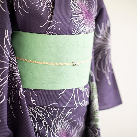 紫色の浴衣と黄緑色の帯