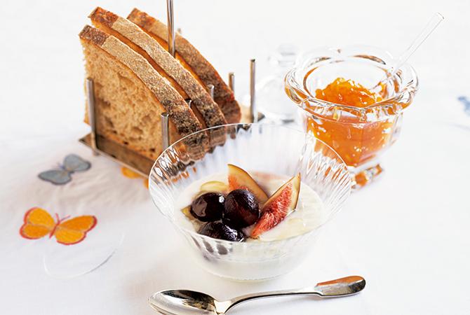 パンと低糖マーマレードジャム、フルーツヨーグルト