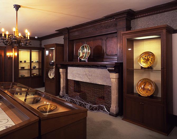 民藝派の大皿が展示されているアサヒビール大山崎山荘美術館の館内