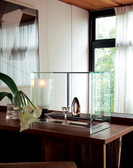 透明であればこその軽快感と気品。凜としたガラスの仏壇