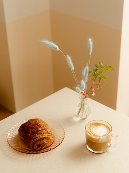 クロワッサンとカフェラテ