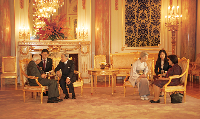 朝日の間でご挨拶をされるトニー・タン・ケン・ヤム大統領閣下および同令夫人と、平成の天皇皇后両陛下