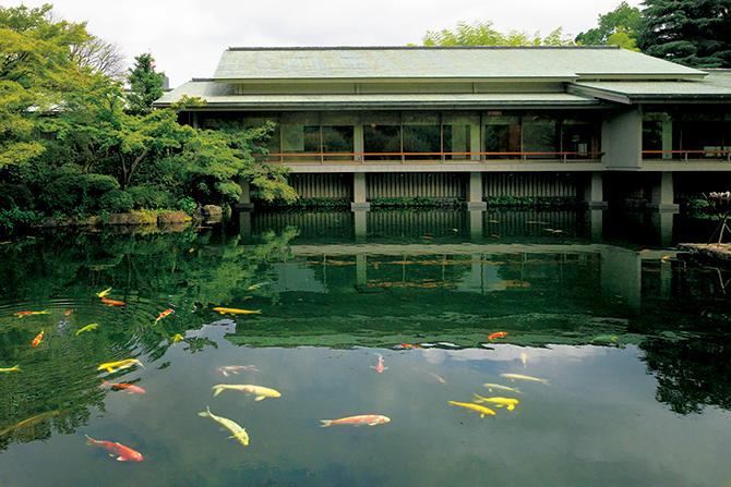 「游心亭」南側の池
