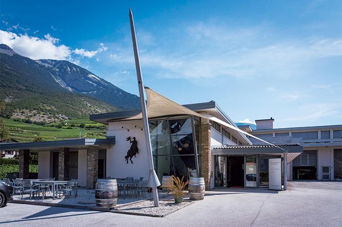 畑に囲まれて建つ醸造施設