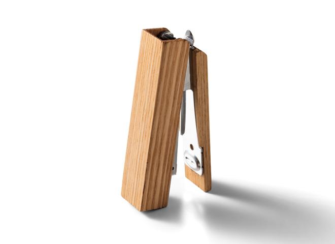 手に馴染む木製ステープラー