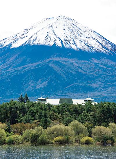 河口湖越しに見た富士ビューホテルの屋根