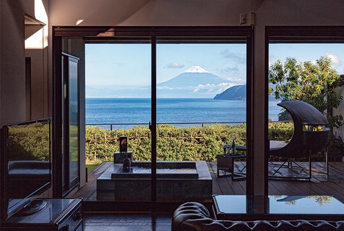 「海の丘」のリビングから望む、駿河湾越しの富士