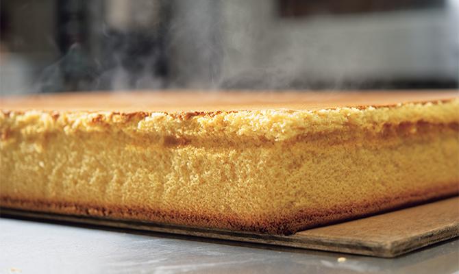 オーブンから焼き上がったばかりのカステラ