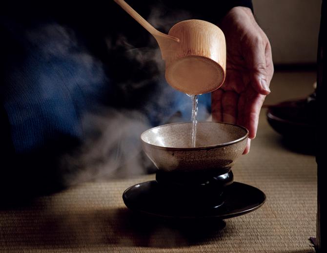湯が注がれて茶碗が生き返る