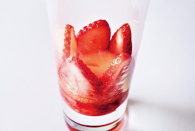 いちごジャムといちごの入ったグラス