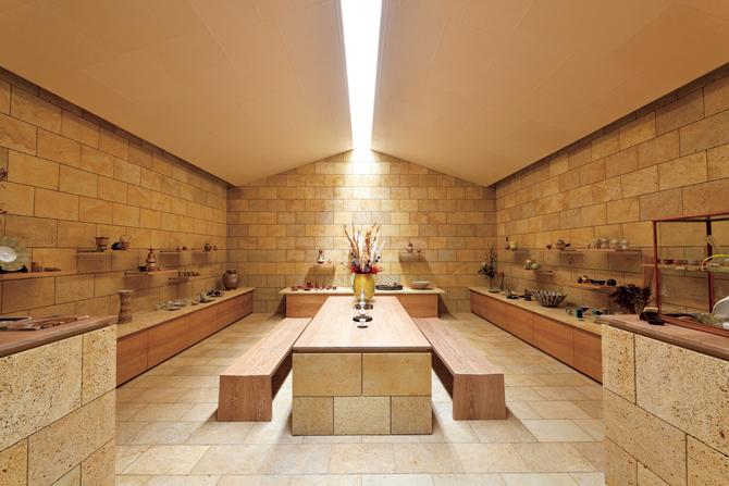 自然光のみで室内を照らす建物