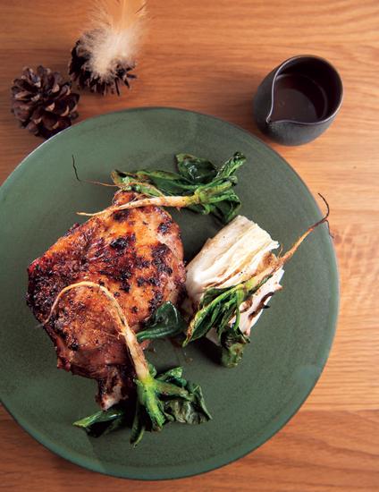 鶏舎で180日間育成した「プレノワールの炭火焼き」。ごぼうや発酵させたきのこ、ブイヨンを煮つめたソースで。