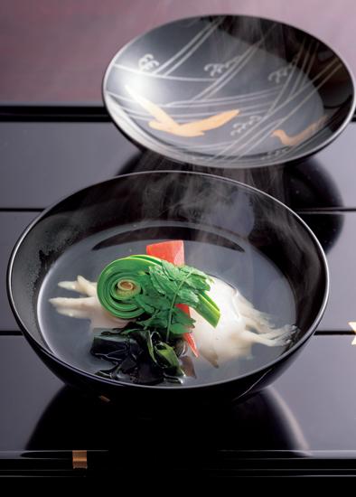 すまし仕立ての白魚しんじょの煮物椀。鷺と波文様のお椀に盛りつけて。