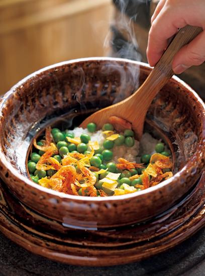 おくどさんで炊き上げる土鍋ご飯も月替わり。うすい豆と桜海老の素揚げを混ぜ込んだ春のご飯。