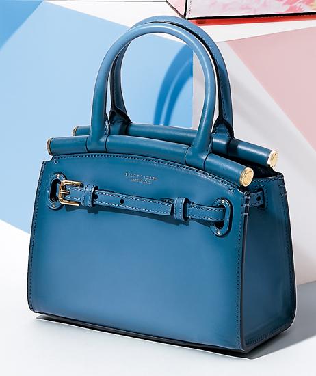 ブルーの濃淡でデニムのような風合いのカーフレザーが、カジュアルながらも上品。