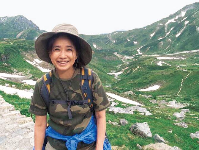 山登りをする風吹ジュンさん