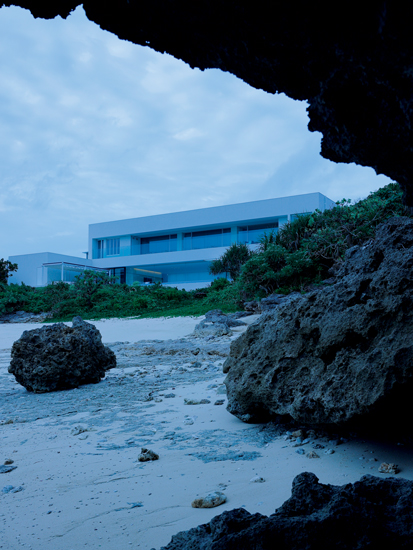 小さな浜に面した建物の外観は直線的でモダンなシルエット。