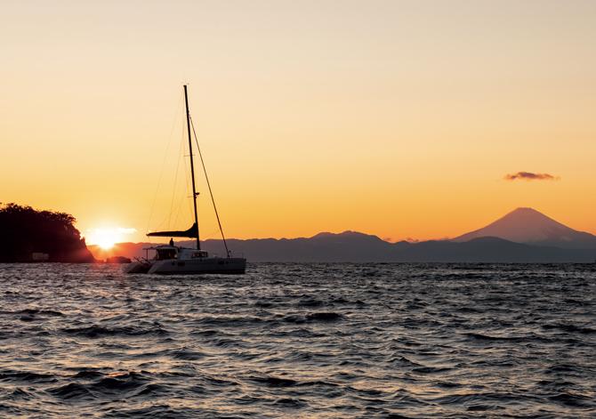 雄大な富士山を望む美しい夕暮れの時