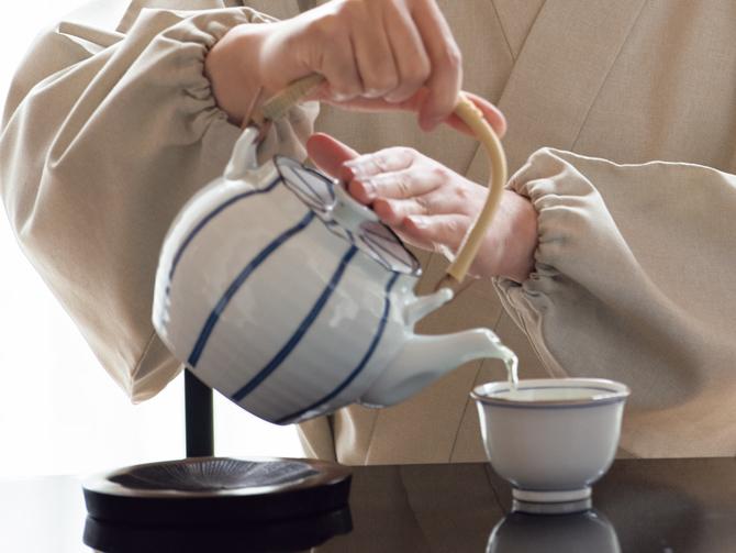 茶を入れる