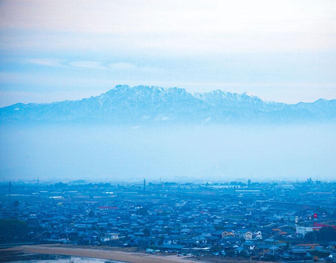 ふるさとの絶景【愛媛県】西条市内から眺める冬の石鎚山