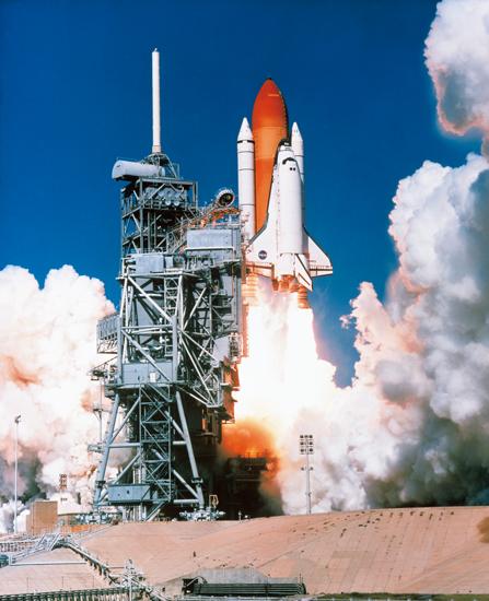 宇宙へ飛び立つスペースシャトル