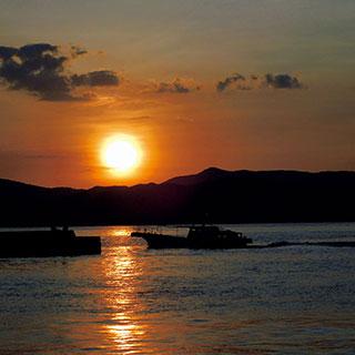 ふるさとの絶景【鹿児島県】夕暮れ時、大島海峡を渡っていくフェリー