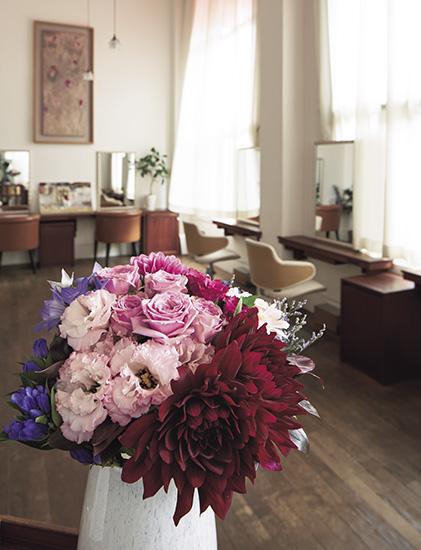 ヘンリーディーンの花器付き!表紙の花が毎月ご自宅に届きます『家庭画報』の花宅配便