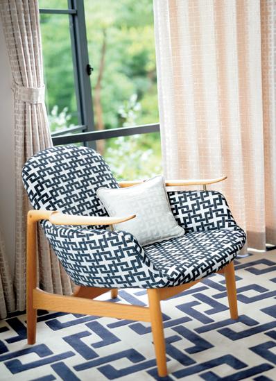 椅子とカーテン