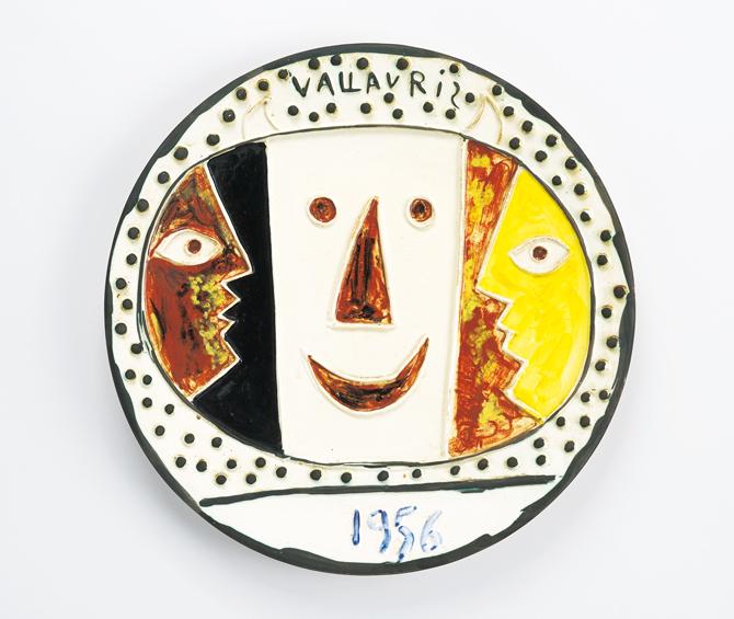 作品には愛らしい顔を描いた皿が多くみられる