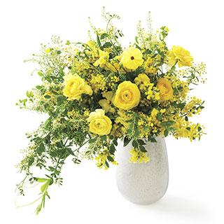 今回は幸せを呼ぶミモザが主役の花束。表紙の花が毎月届く『家庭画報』の花宅配便