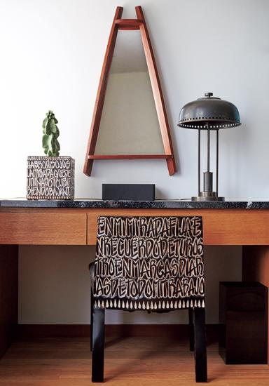 クルスの椅子や花器