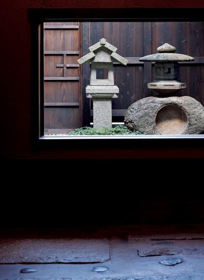 中庭に置かれた福の字に見える灯籠