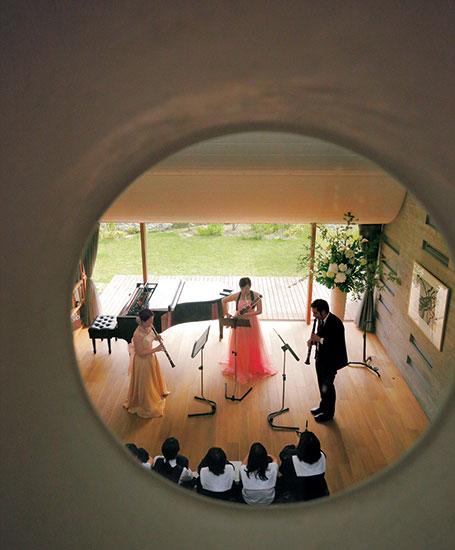 地域のサロンとして。音楽会を催すリビングルーム