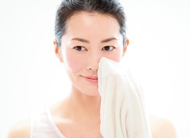 目のまわりや皮脂の多い小鼻を優しく拭く